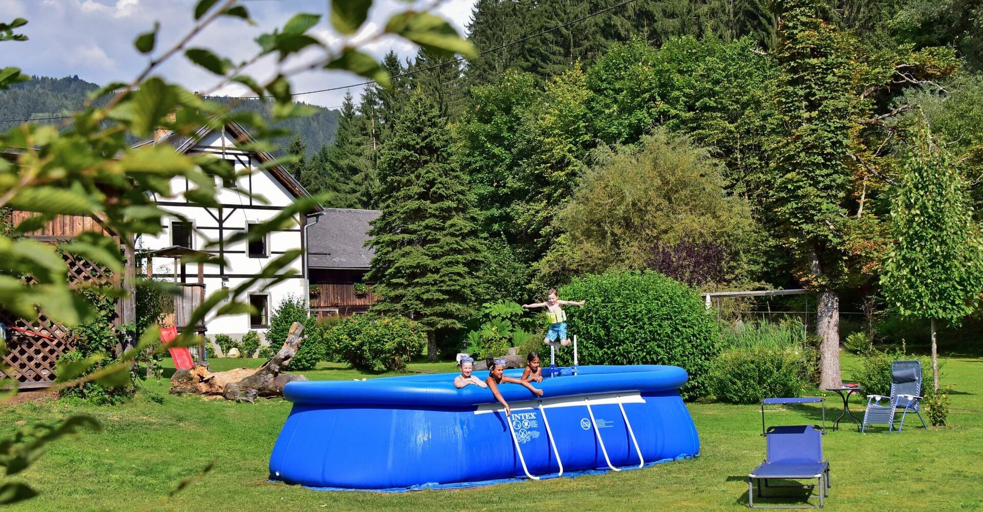 Kinder im Pool bei Familienurlaub in Pension bei Gerlitzen Ossiacher See - zentrale Lage Nähe Villach in Kärnten
