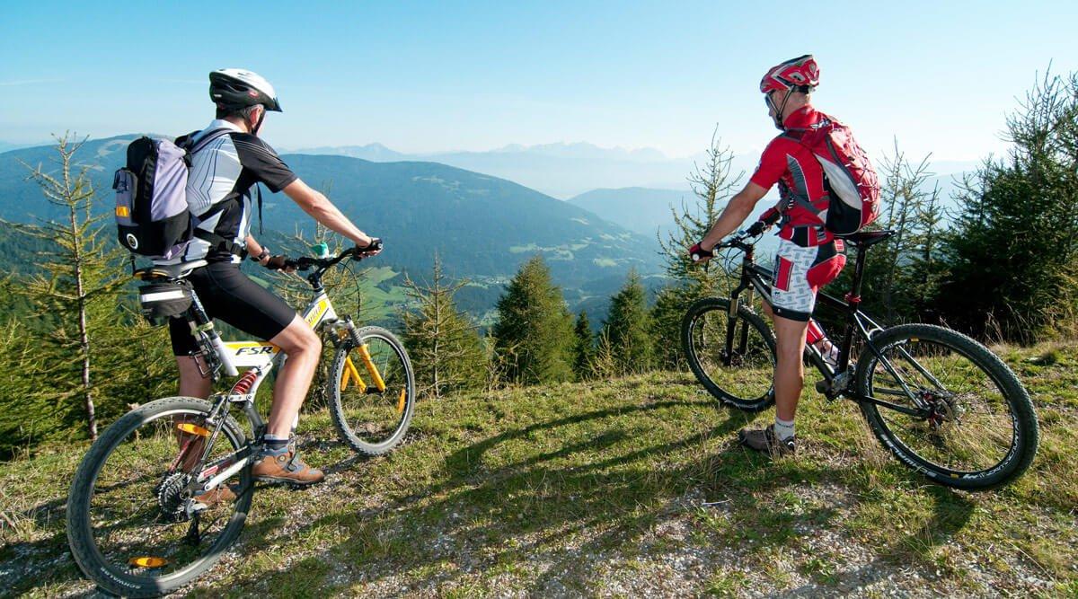 Mountainbiker auf Gerlitzen Alpe über Ossiacher See in Kärnten