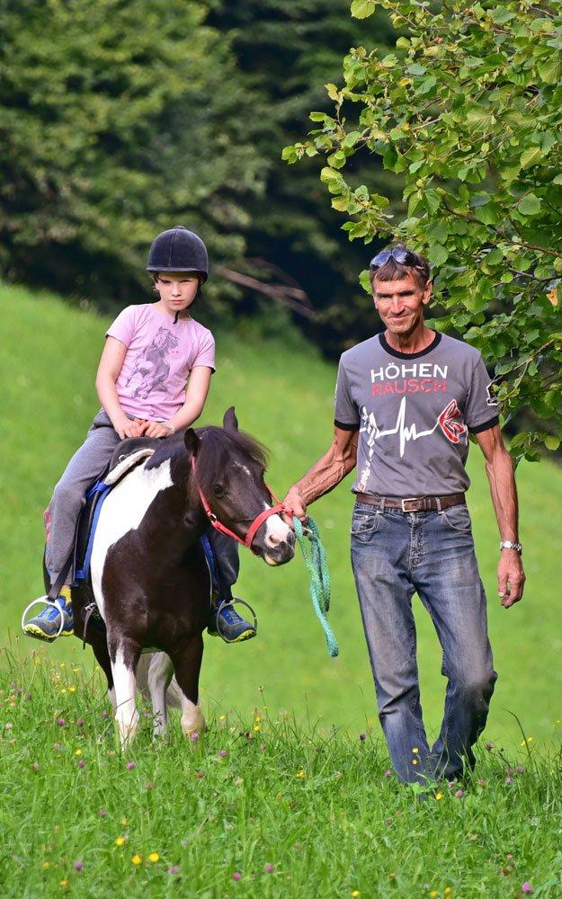 Kind mit Pferd. Reiten bei Reiturlaub in Kärnten am Pilsachhof in Arriach.
