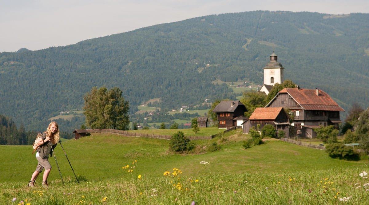 Singlereisen & alleine reisen in Kärnten - Frau wandert auf Gerlitzen Nähe Ossiacher See in Arriach