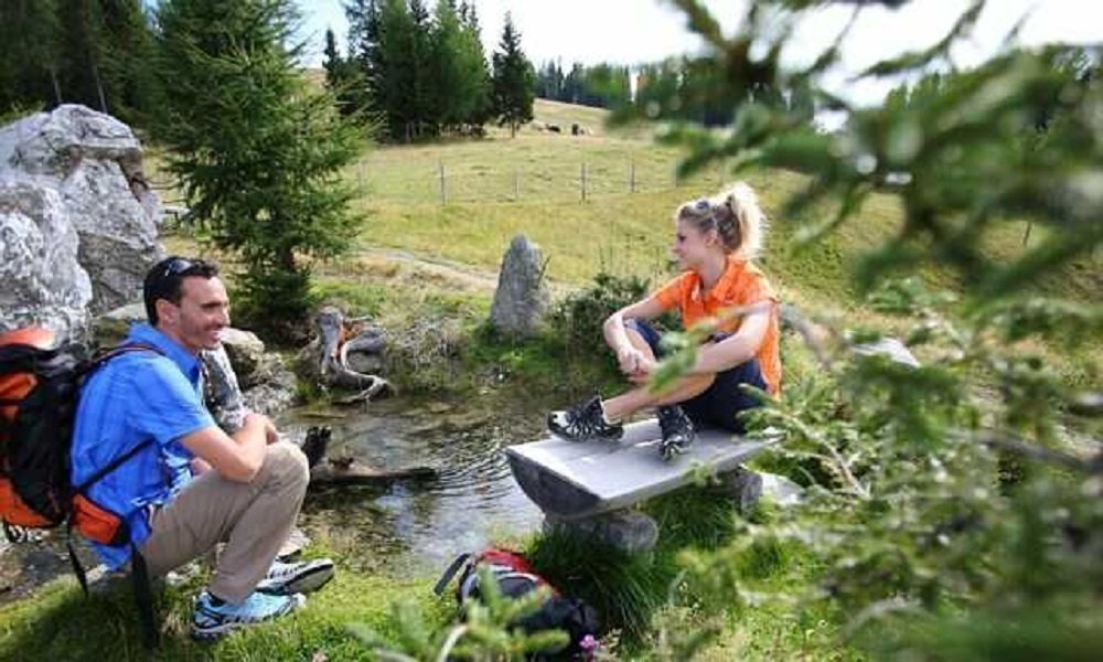 Wanderer auf Rastplatz bei Wanderung rund um die Gerlitzen Alpe am Ossiacher See in Kärnten - Aktivitäten Pension Pilsachhof