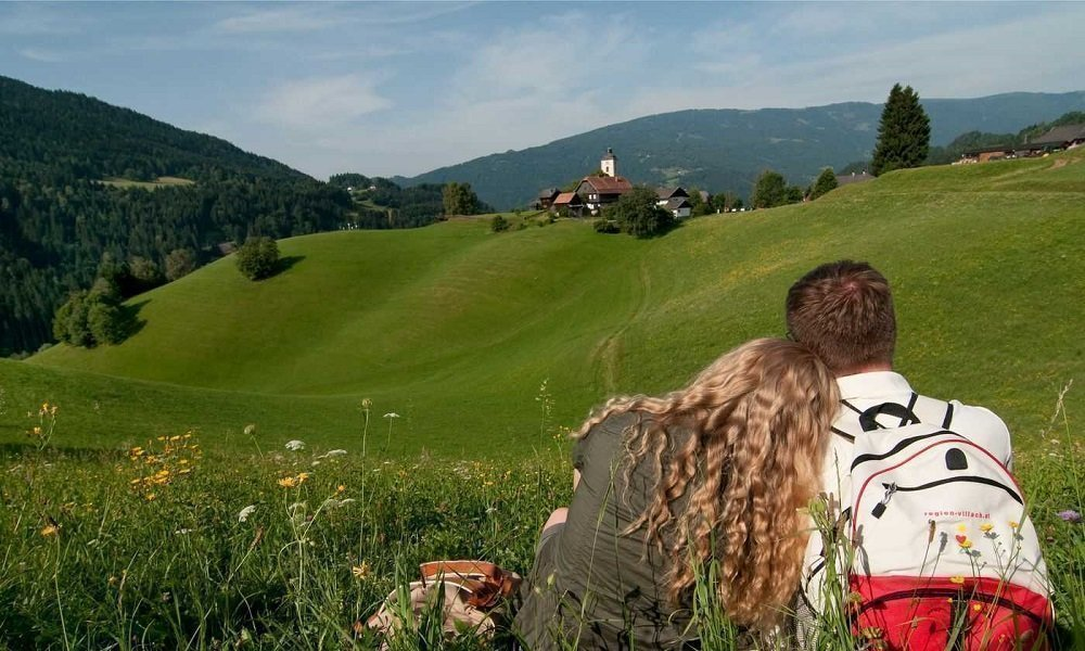 Wanderer - Blick auf Kirche in Arriach bei Urlaub in Pension Pilsachhof